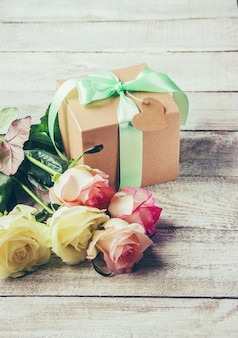 Geschenk und blumen