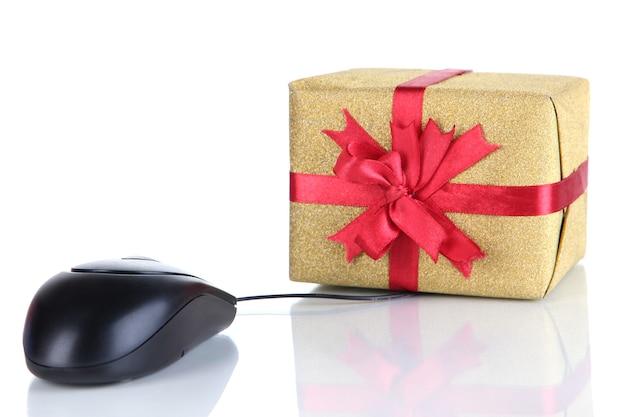 Geschenk und computermaus isoliert auf weiß