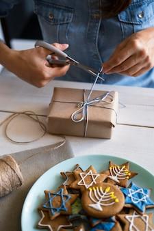 Geschenk und süßigkeiten traditionelles chanukka jüdisches konzept