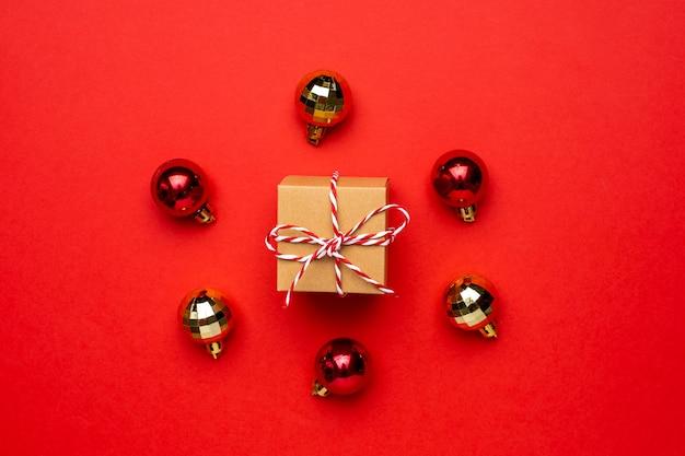 Geschenk- und weihnachtsdekor auf einem farbigen roten hintergrund.