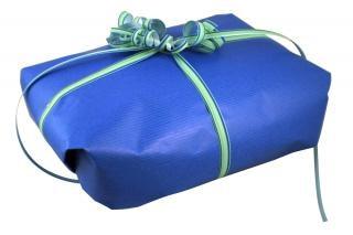 Geschenk verpackt präsentieren
