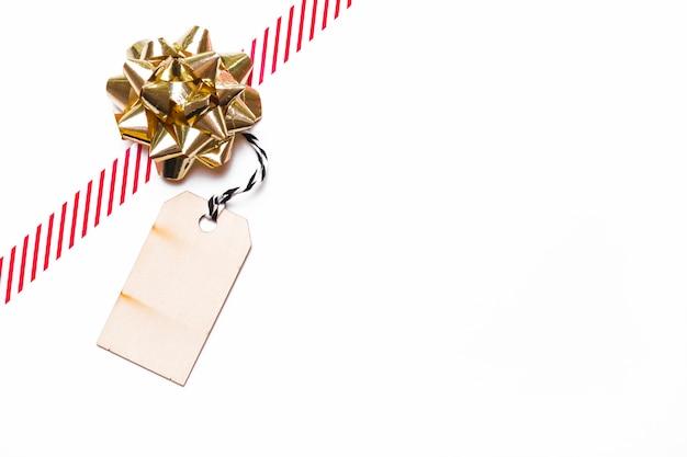 Geschenkbogen mit band und tag auf dem tisch