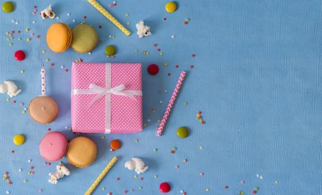 Geschenkbogen und stapel makronen