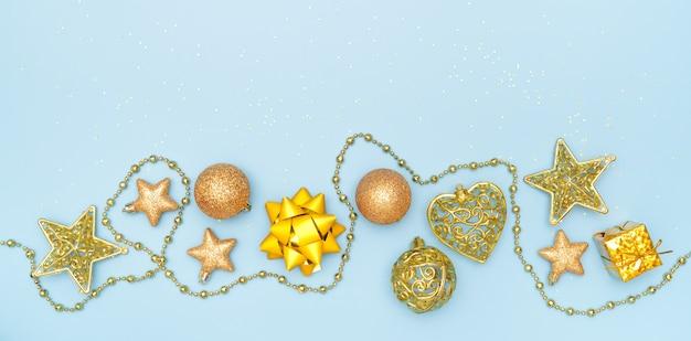 Geschenkbox auf blauem hintergrund für geburtstag, weihnachten oder hochzeitszeremonie