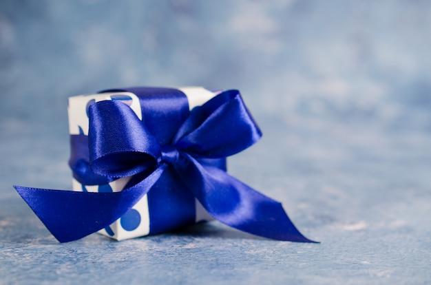 Geschenkbox auf blauem hintergrund. geschenkkonzept für männer.