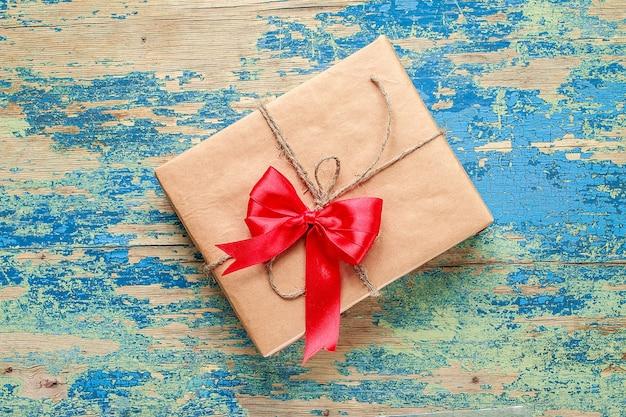 Geschenkbox auf blauer weinlese