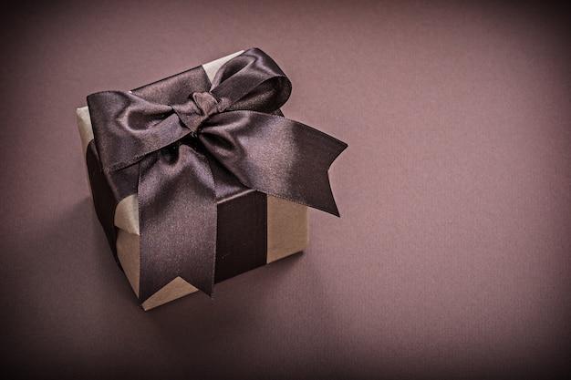 Geschenkbox auf brauner oberfläche horizontale version feiertagskonzept