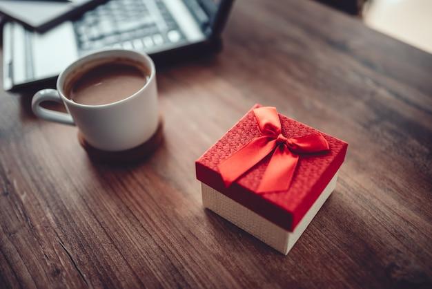 Geschenkbox auf dem schreibtisch