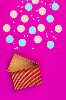 Geschenkbox auf draufsicht des farbhintergrundes