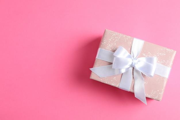 Geschenkbox auf farbe und platz für text. draufsicht