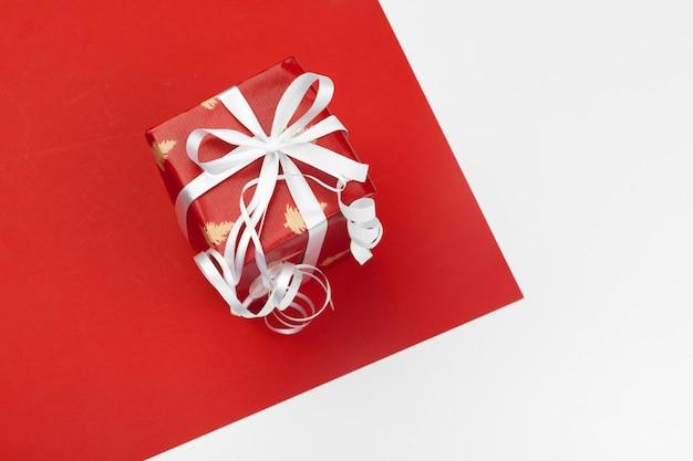 Geschenkbox auf farbigem hintergrund
