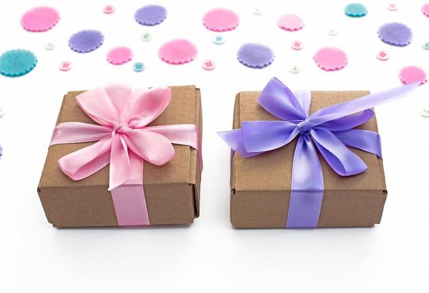 Geschenkbox auf festlichem pastellhintergrund.