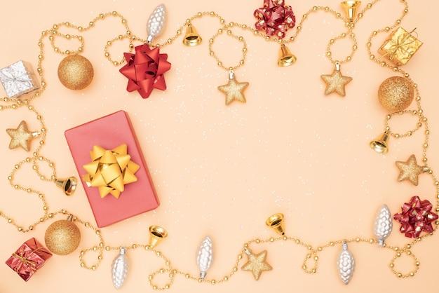 Geschenkbox auf goldenem hintergrund für geburtstag, weihnachten oder hochzeitszeremonie