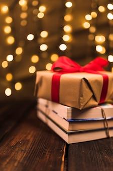Geschenkbox auf haufen des buches