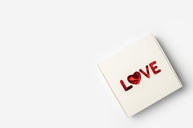 Geschenkbox auf hellweißem hintergrund. zusammensetzung valentinstag. banner. flache lage, draufsicht.