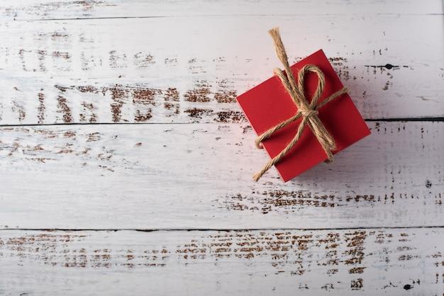 Geschenkbox auf hölzernem hintergrund, valentinstagkonzept