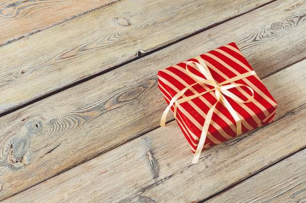 Geschenkbox auf holzuntergrund