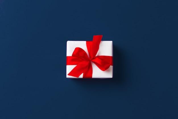 Geschenkbox auf klassischer blauer hintergrund-draufsicht