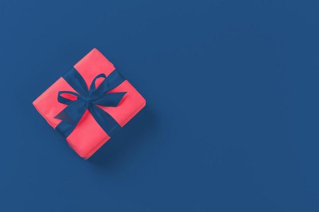 Geschenkbox auf klassischer blauer tischoberansicht