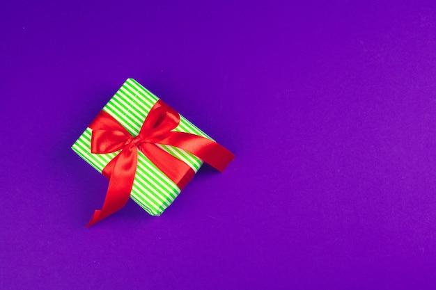 Geschenkbox auf purpurroter draufsicht