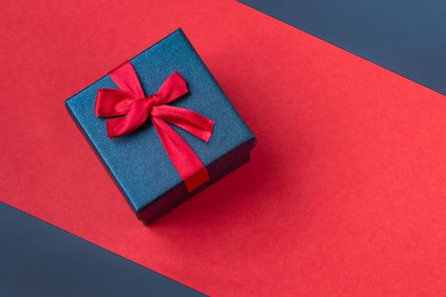 Geschenkbox auf rotem hintergrund hintergrund für den tag des valentines