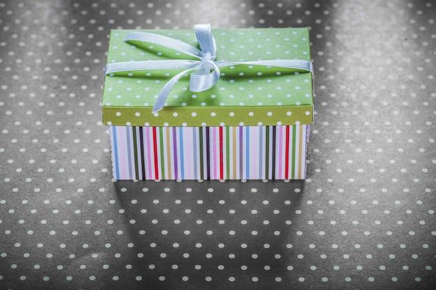 Geschenkbox auf roter tischdecke