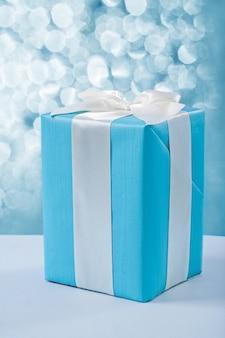 Geschenkbox auf unscharfem hintergrund
