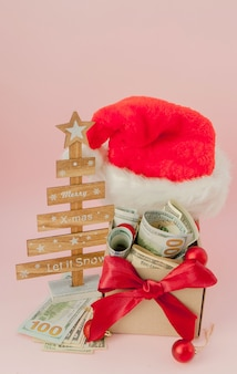 Geschenkbox des neuen jahres mit dollar auf rosa abschluss oben