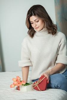 Geschenkbox des offenen roten herzens des schönen mädchens. valentinstag konzept