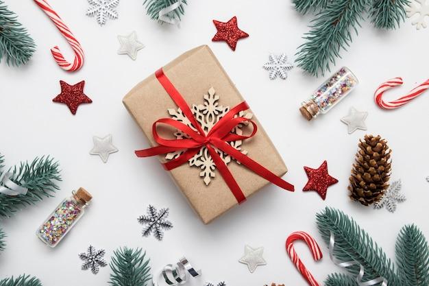 Geschenkbox flach lag unter der neujahrsweihnachtsdekoration