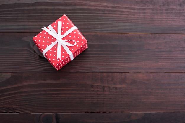 Geschenkbox für weihnachten auf schwarzem hintergrund.