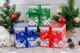 Geschenkbox für das neue Jahr, mit der Aufschrift auf Russisch.