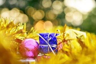 Geschenkbox golden auf frohen Weihnachten und guten Rutsch ins neue Jahr