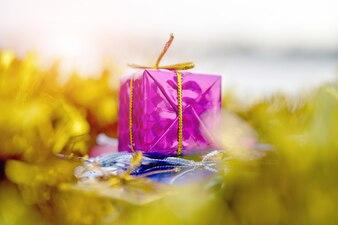 Geschenkbox golden auf Konzept der frohen Weihnachten und des guten Rutsch ins Neue Jahr