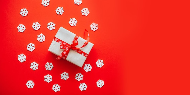 Geschenkbox in bastelpapier mit roter schleife eingewickelt