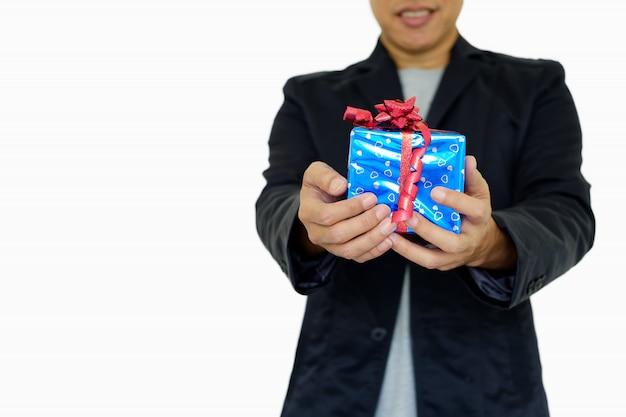 Geschenkbox in der hand.
