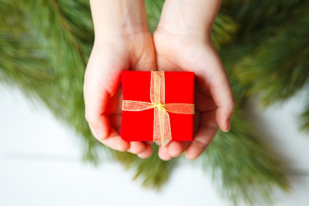 Geschenkbox in der kinderhand. ansicht von oben