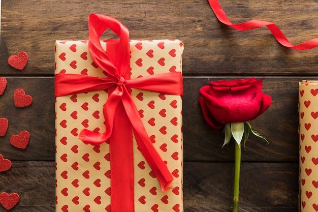 Geschenkbox in der nähe von band und blüte