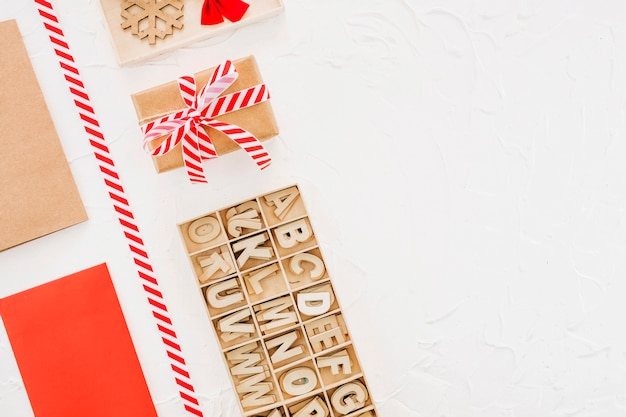 Geschenkbox in der nähe von holzbuchstaben für den fall