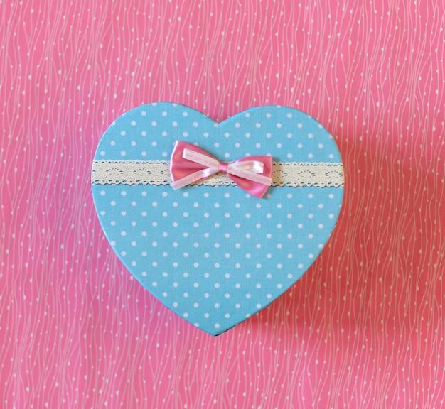 Geschenkbox in herzform mit rosa schleife
