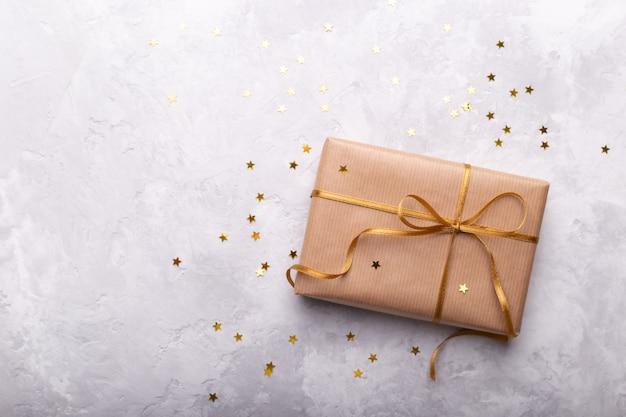 Geschenkbox in kraftpapier eingewickelt