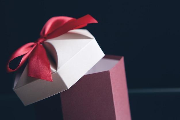 Geschenkbox in kraftpapier und schleife eingewickelt