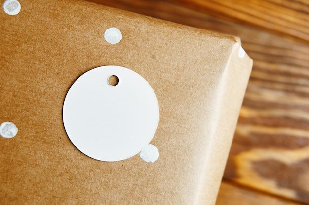 Geschenkbox in packpapier mit kopie raum tag vom geschenk auf holztisch hintergrund weihnachten ...