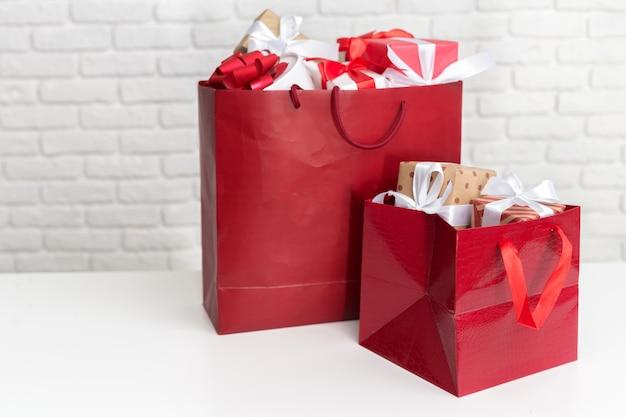 Geschenkbox in papiereinkaufstasche