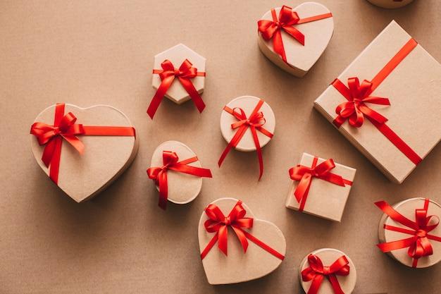 Geschenkbox in recyclingpapier mit roter schleife eingewickelt