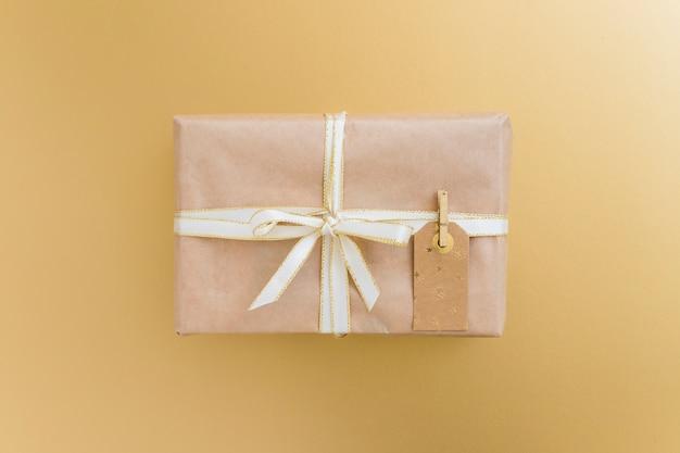 Geschenkbox in umhüllung mit tag