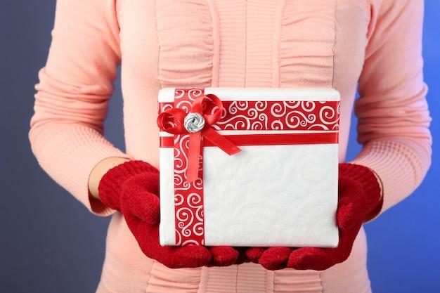 Geschenkbox in weiblicher hand