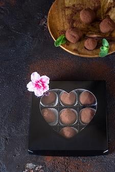 Geschenkbox köstliche schokoladentrüffel mit rohem kakaopulver und minze