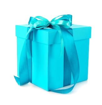 Geschenkbox mit bandschleife auf weißer oberfläche