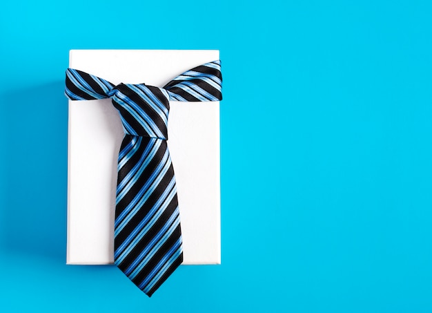 Geschenkbox mit blau gestreifter krawatte. glückliche vatertagsidee, zeichen, symbol. feiertagshintergrund